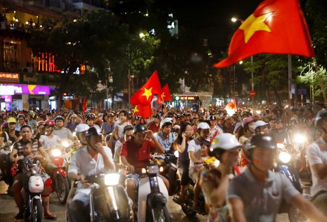 [ẢNH]: CĐV nô nức xuống đường mừng chiến thắng U19 Việt Nam - ảnh 11