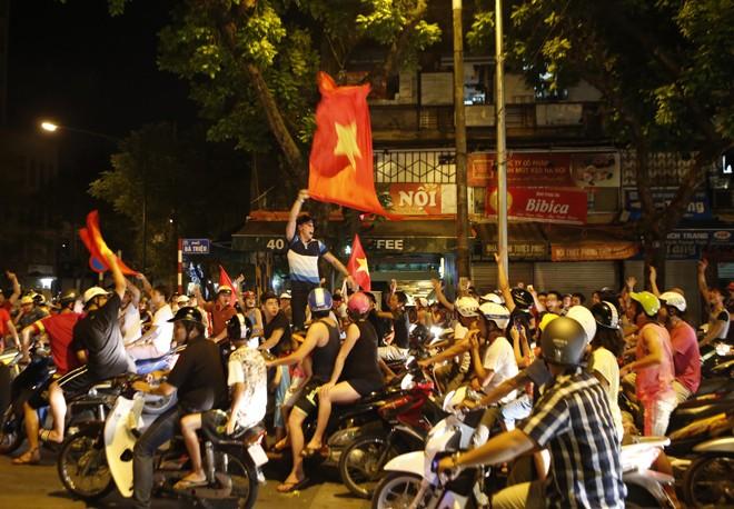 [ẢNH]: CĐV nô nức xuống đường mừng chiến thắng U19 Việt Nam - ảnh 8