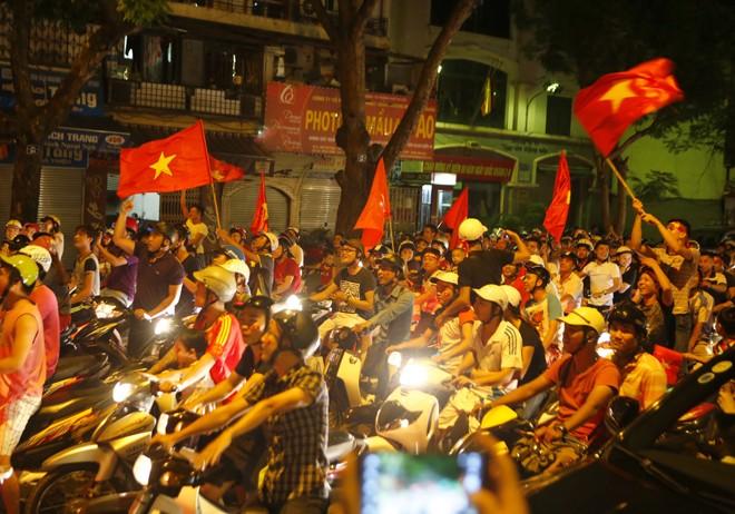 [ẢNH]: CĐV nô nức xuống đường mừng chiến thắng U19 Việt Nam - ảnh 10