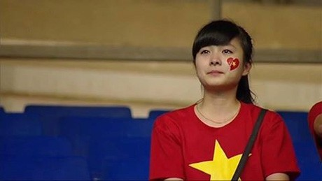 Nữ CĐV đáng yêu bật khóc vì U19 Việt Nam gây sốt mạng - ảnh 1