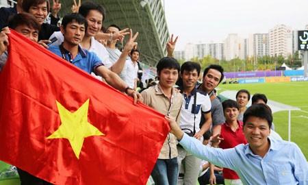 Nán lại sân dọn rác, CĐV Việt gây ấn tượng đẹp tại Asiad 17 - ảnh 1