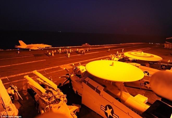 Cuộc sống trên tàu sân bay Mỹ không kích Syria - ảnh 1