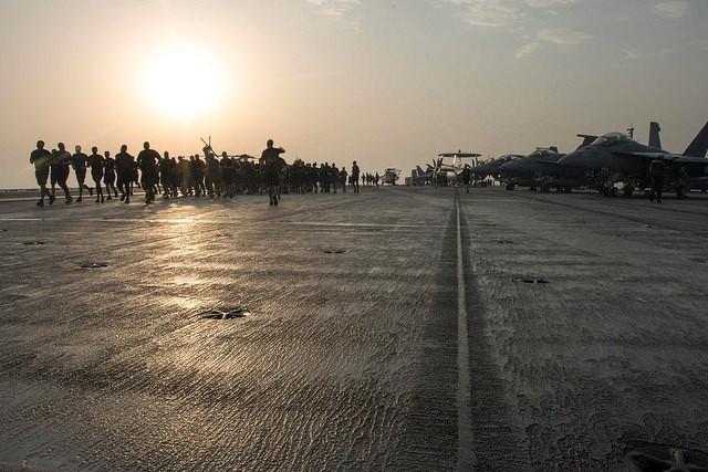 Cuộc sống trên tàu sân bay Mỹ không kích Syria - ảnh 11