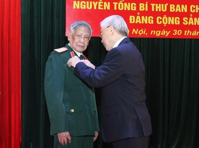 Trao Huy hiệu 65 năm tuổi Đảng cho nguyên Tổng Bí thư Lê Khả Phiêu - ảnh 1