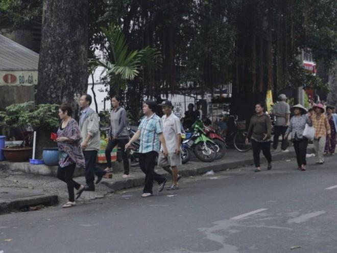 Nhà Ngọc Sơn phát tiền trước cửa cho người nghèo Sài Gòn - ảnh 1