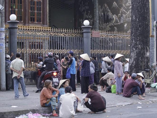 Nhà Ngọc Sơn phát tiền trước cửa cho người nghèo Sài Gòn - ảnh 2