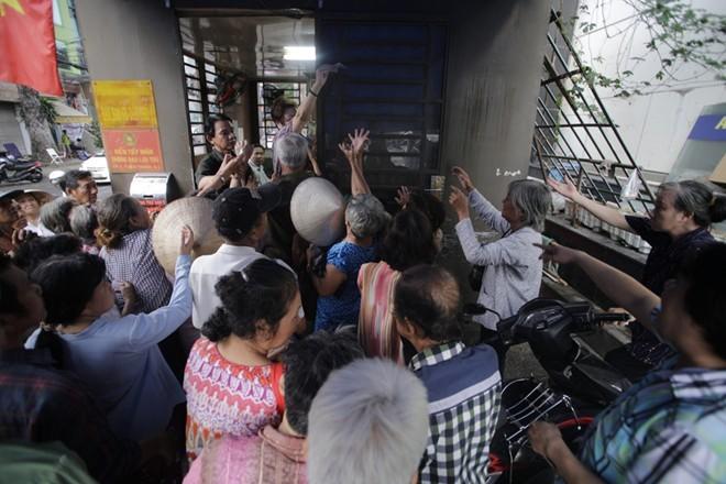 Nhà Ngọc Sơn phát tiền trước cửa cho người nghèo Sài Gòn - ảnh 4