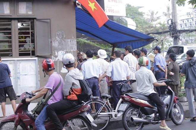 Nhà Ngọc Sơn phát tiền trước cửa cho người nghèo Sài Gòn - ảnh 5