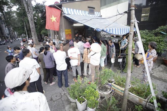 Nhà Ngọc Sơn phát tiền trước cửa cho người nghèo Sài Gòn - ảnh 6