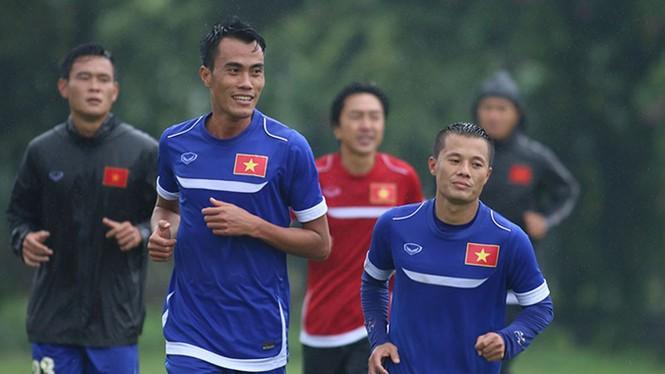 Tuyển Việt Nam đội mưa rét luyện công chờ đấu Malaysia - ảnh 1