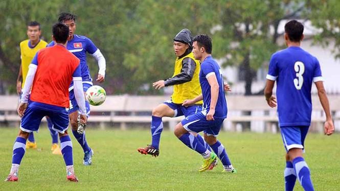 Tuyển Việt Nam đội mưa rét luyện công chờ đấu Malaysia - ảnh 4