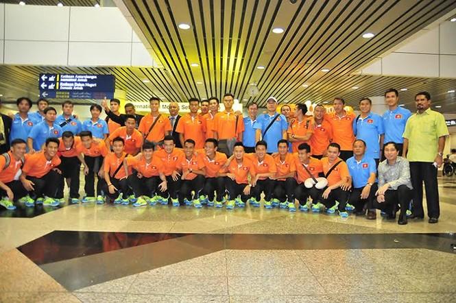 Đội tuyển Việt Nam đổ bộ xuống Kuala Lumpur - ảnh 8