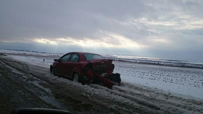 Nga: Giao thông tê liệt, xe tải lật nhào vì bão tuyết - ảnh 2