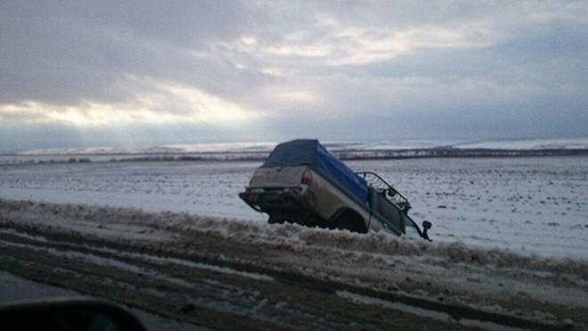 Nga: Giao thông tê liệt, xe tải lật nhào vì bão tuyết - ảnh 3