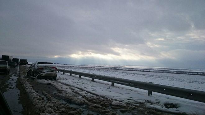Nga: Giao thông tê liệt, xe tải lật nhào vì bão tuyết - ảnh 4