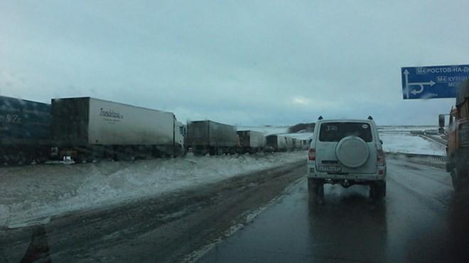 Nga: Giao thông tê liệt, xe tải lật nhào vì bão tuyết - ảnh 1