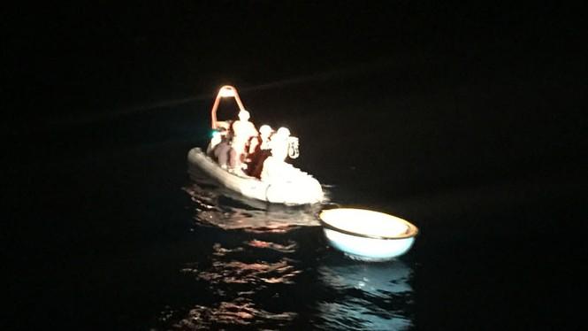 Cứu 11 ngư dân ở Hoàng Sa dù máy bay quân sự quần thảo - ảnh 1