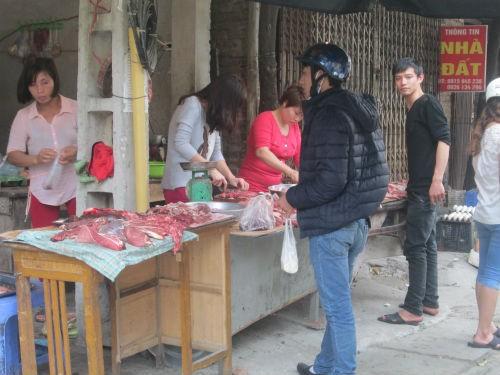 Chợ cóc giá 'tung hoành', dân ngán ngẩm mua sắm đầu năm - ảnh 3