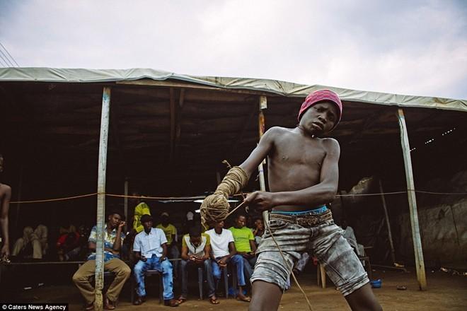 Tận thấy sàn đấu máu lửa của võ thuật Nigeria - ảnh 11