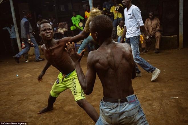 Tận thấy sàn đấu máu lửa của võ thuật Nigeria - ảnh 4