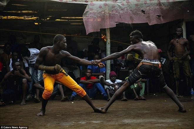 Tận thấy sàn đấu máu lửa của võ thuật Nigeria - ảnh 5