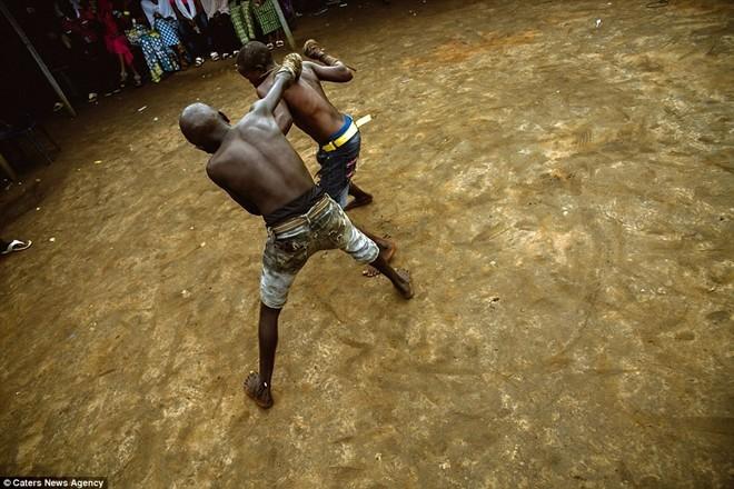 Tận thấy sàn đấu máu lửa của võ thuật Nigeria - ảnh 6