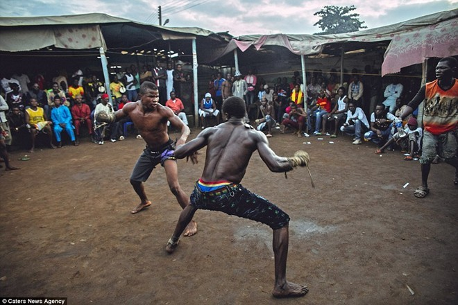 Tận thấy sàn đấu máu lửa của võ thuật Nigeria - ảnh 7