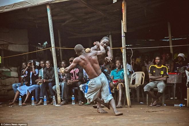 Tận thấy sàn đấu máu lửa của võ thuật Nigeria - ảnh 8