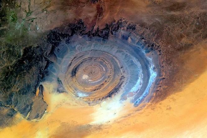 Kỳ lạ 'con mắt thần linh' giữa sa mạc Sahara - ảnh 2