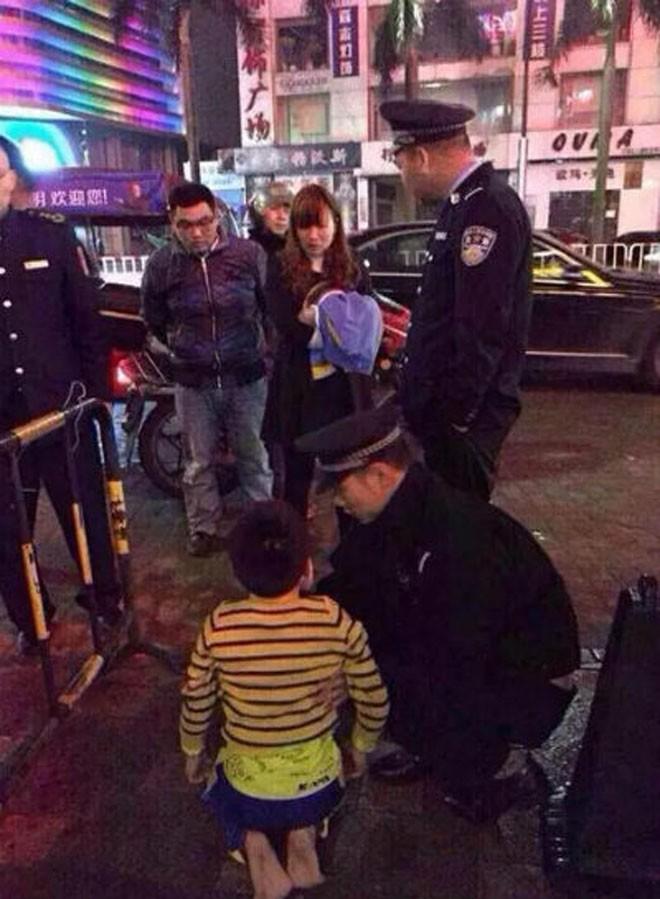 Bức xúc, bé trai bị mẹ lột đồ bắt xin tiền giữa phố  - ảnh 1