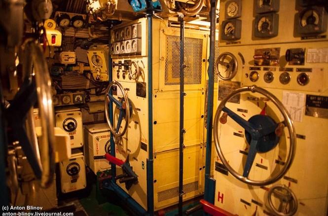 'Đột nhập' tàu ngầm cổ nhất Hải quân Ukraine - ảnh 8