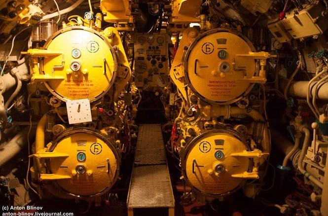 'Đột nhập' tàu ngầm cổ nhất Hải quân Ukraine - ảnh 1