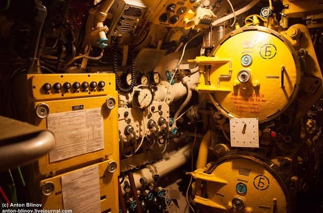 'Đột nhập' tàu ngầm cổ nhất Hải quân Ukraine - ảnh 3