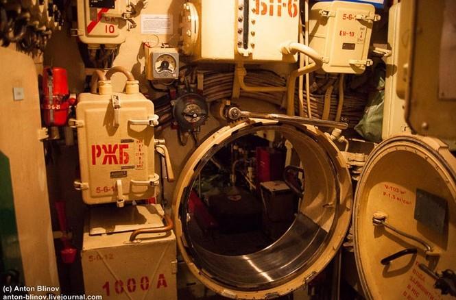 'Đột nhập' tàu ngầm cổ nhất Hải quân Ukraine - ảnh 4