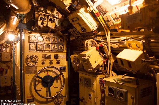 'Đột nhập' tàu ngầm cổ nhất Hải quân Ukraine - ảnh 7