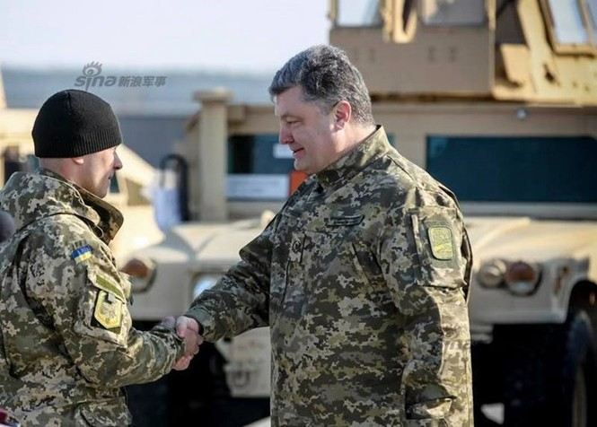 Tận thấy máy bay Mỹ chuyển xe quân sự Humvee cho Ukraine - ảnh 12