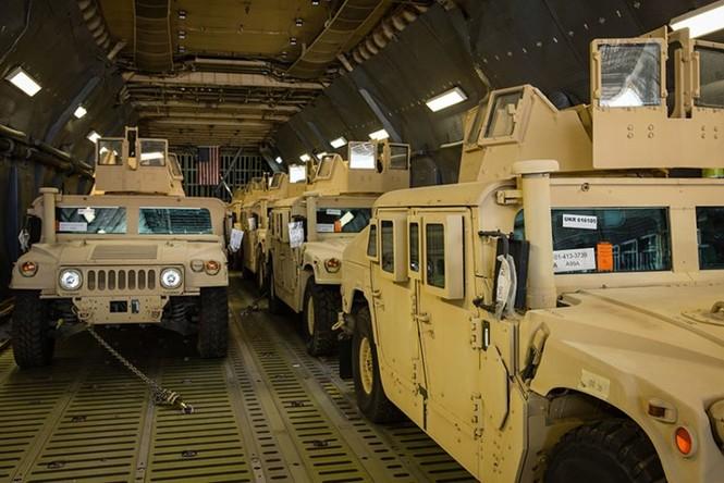 Tận thấy máy bay Mỹ chuyển xe quân sự Humvee cho Ukraine - ảnh 1