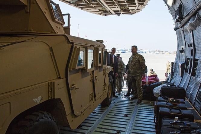 Tận thấy máy bay Mỹ chuyển xe quân sự Humvee cho Ukraine - ảnh 2