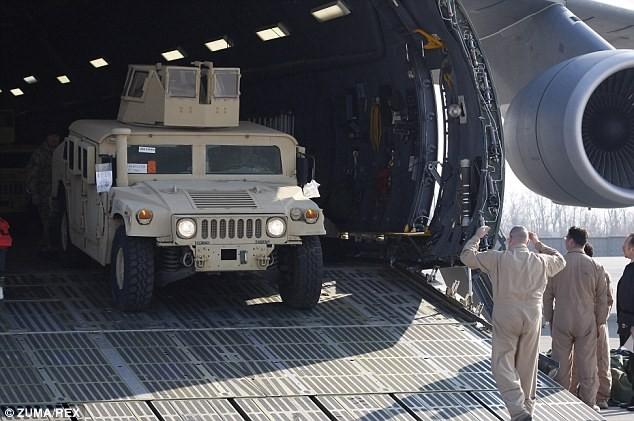 Tận thấy máy bay Mỹ chuyển xe quân sự Humvee cho Ukraine - ảnh 3