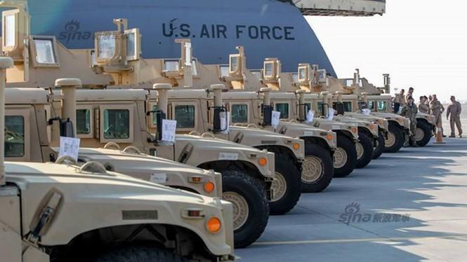 Tận thấy máy bay Mỹ chuyển xe quân sự Humvee cho Ukraine - ảnh 4