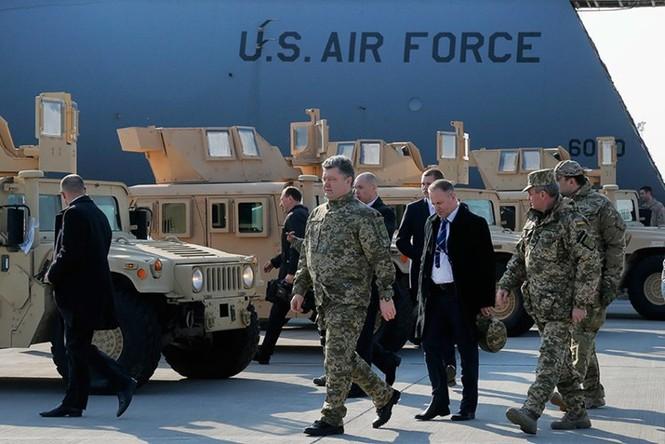 Tận thấy máy bay Mỹ chuyển xe quân sự Humvee cho Ukraine - ảnh 6