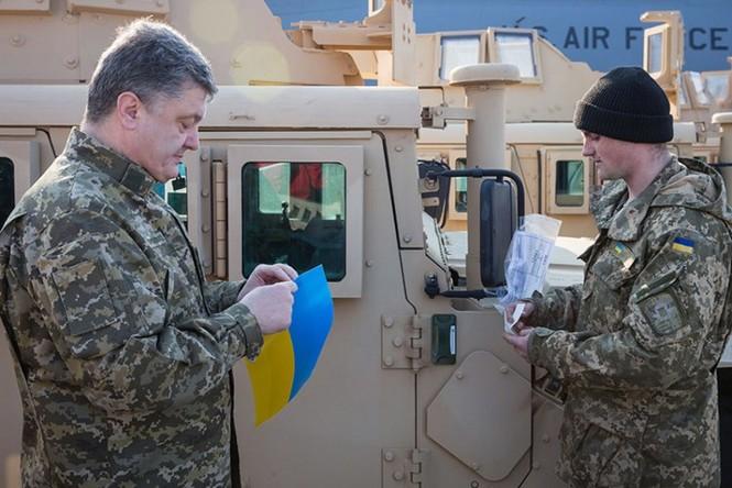 Tận thấy máy bay Mỹ chuyển xe quân sự Humvee cho Ukraine - ảnh 7