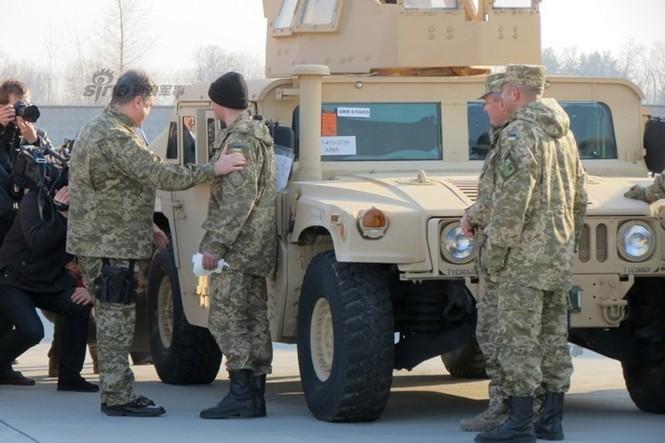 Tận thấy máy bay Mỹ chuyển xe quân sự Humvee cho Ukraine - ảnh 9