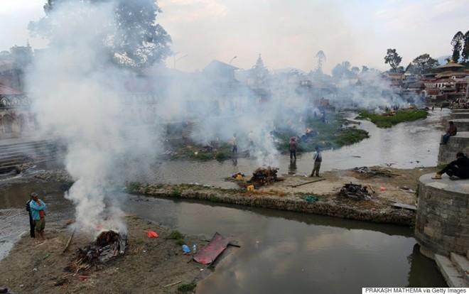 Những hình ảnh xé lòng sau thảm họa động đất Nepal - ảnh 9