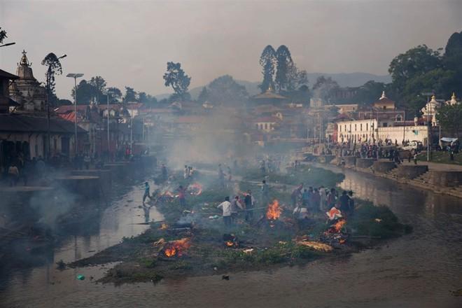 Những hình ảnh xé lòng sau thảm họa động đất Nepal - ảnh 10
