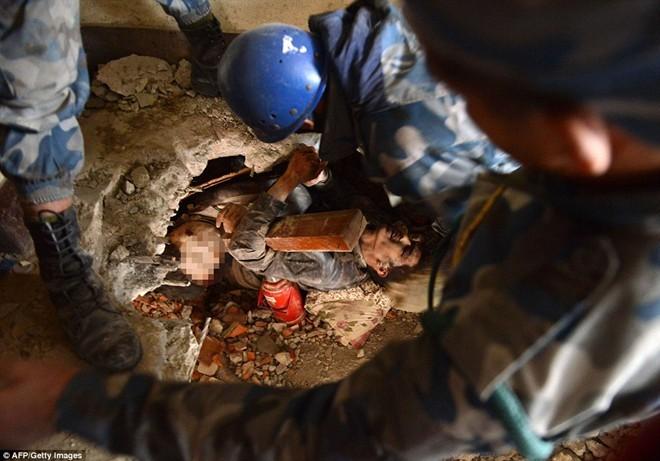 Những hình ảnh xé lòng sau thảm họa động đất Nepal - ảnh 3