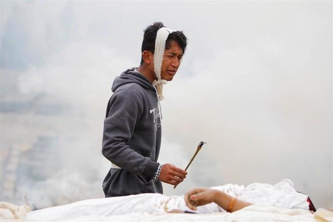 Những hình ảnh xé lòng sau thảm họa động đất Nepal - ảnh 11