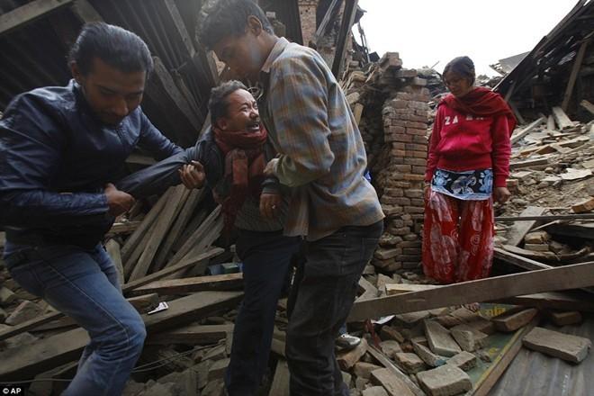 Những hình ảnh xé lòng sau thảm họa động đất Nepal - ảnh 4