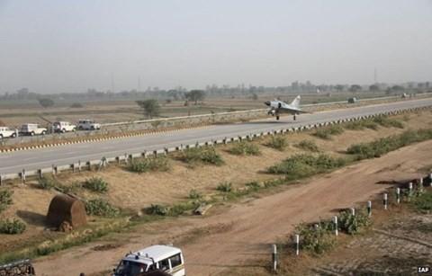 Phi cơ chiến đấu Ấn Độ luyện hạ cánh xuống xa lộ - ảnh 1