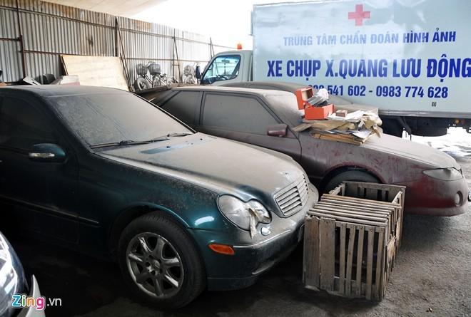 Hàng loạt xế sang đóng bụi trong bãi giữ xe vi phạm - ảnh 5